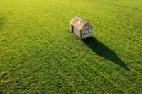 Drei Zukunftstrends für umweltfreundliche Häuser. Beitrag von Magna Real Estate (Foto: Nils Uhlig, Unsplash)